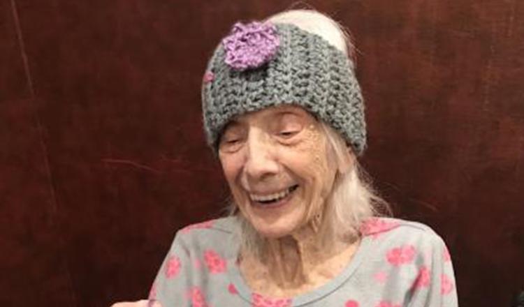 O femeie de 102 ani, care a supraviețuit cancerului, s-a vindecat și de COVID-19. Primul lucru pe care l-a cerut