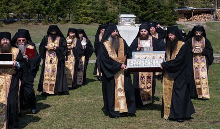 """Strigăt de durere de la Putna. Obștea Mănăstirii în procesiune: """"Plecăm genunchii și fruntea cerând de la Bunul Dumnezeu milă și îndurare"""""""