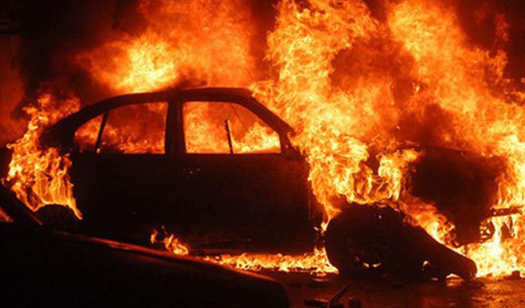 Atac în stil mafiot. Mașina șefului Poliției de Frontieră Vișeu de Sus a fost incendiată cu un cocktail Molotov la Moisei