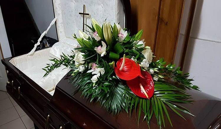 """Amenda primita de sotia barbatului decedat de COVID-19: """"L-au scos din sicriul sigilat, l-au imbracat"""""""
