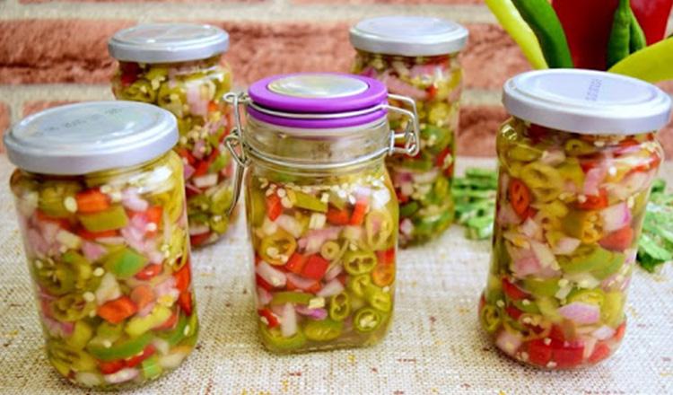 Sunt bestiali, nu îi pot descrie în cuvinte – Salată de ardei iuți cu ceapă, la borcan, fără conservanți