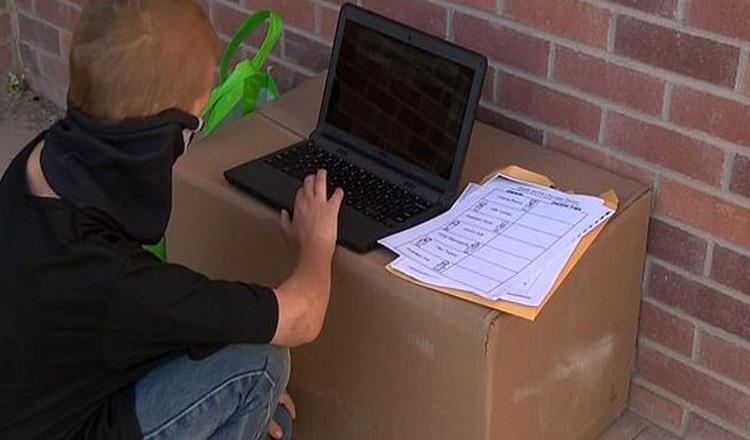 Un copil care nu avea internet acasă a stat zilnic câte 7 ore în fața școlii pentru a avea acces la Wi-FI
