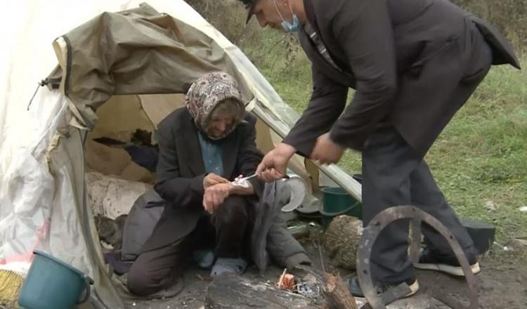 """O bătrână abandonată doarme într-un cort, la marginea satului. Primăria spune că nu o poate ajuta: """"Așa e legea!"""""""