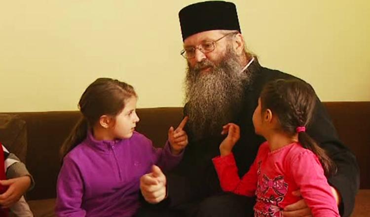 Mihai Gâdea dă o veste extraordinară: Părintele Iustin, tată pentru sute de copii din România, se simte mai bine