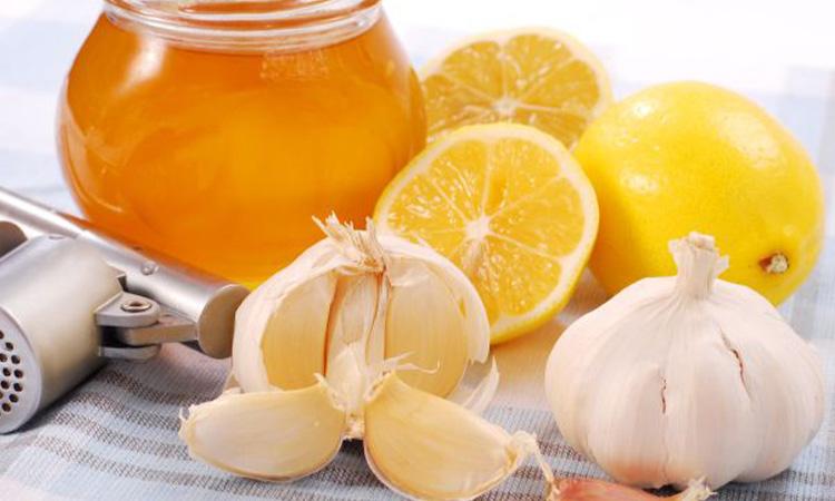 Usturoiul și mierea, combinația ciudată dar BENEFICĂ. Se mănâncă pe stomacul gol